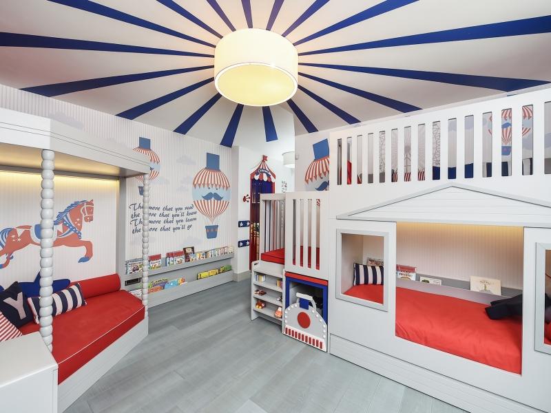 1-Crocodily-Kırmızı,lacivert ve gri sirk temalı, çizgili tavan detaylı en güzel çocuk odası tasarımı