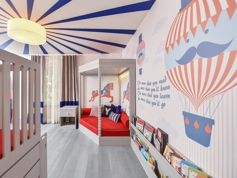 2-Crocodily-Balonlu, kırmızı,lacivert duvar kağıdı,sirk temalı çocuk odası okuma köşesi sedir tasarımı