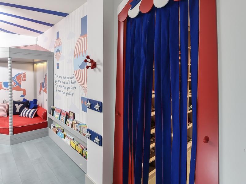 8-Crocodily-Kırmızı-Lacivert, sirk perde tasarımlı çocuk soyunma odası