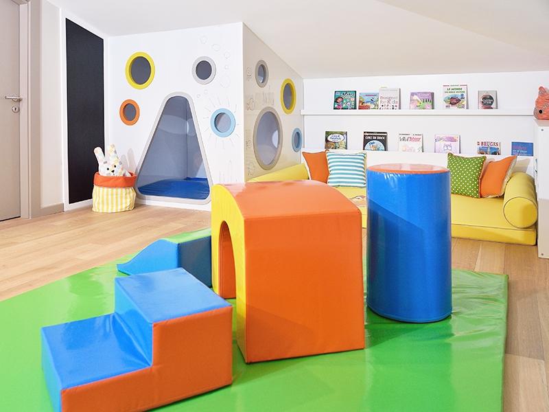 1-Crocodily-Çok renkli oyun odası tasarımı- oyun evi-siyah tahta-okuma köşesi- soft play