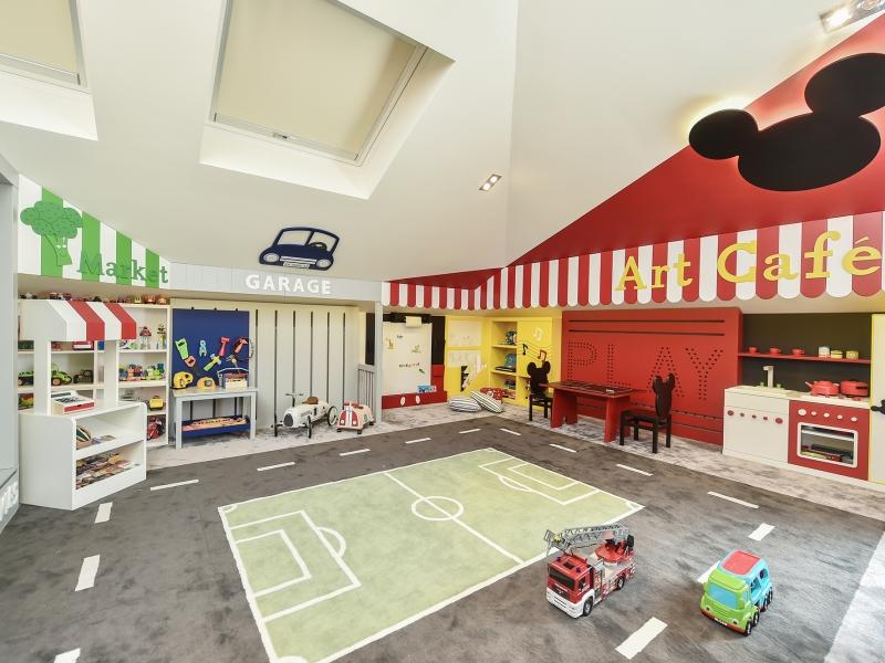 1-Crocodily-En eğlenceli iç mekan çocuk oyun odası tasarımı- Evcilik köşesi, futbol sahası halı, farklı aktivite köşeleri