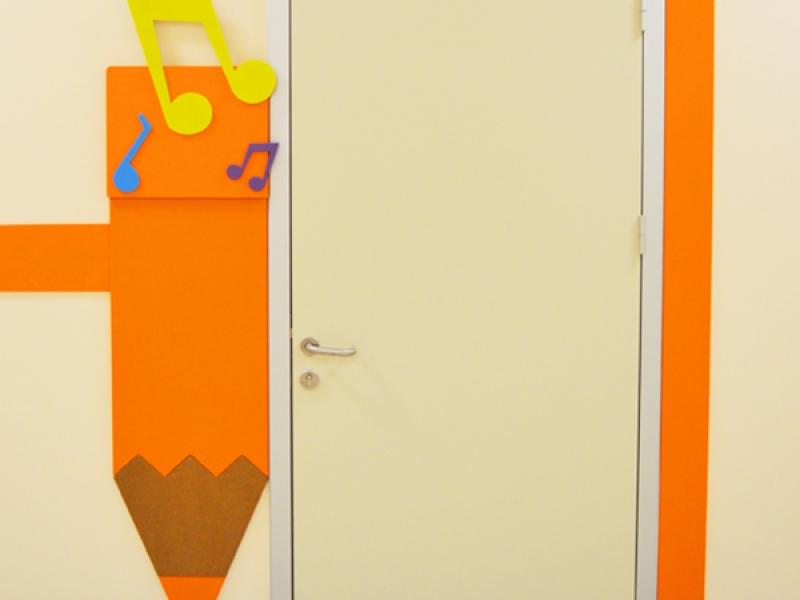 10.Crocodily-Mef Anaokulu Müzik Sınıfı Kapısı