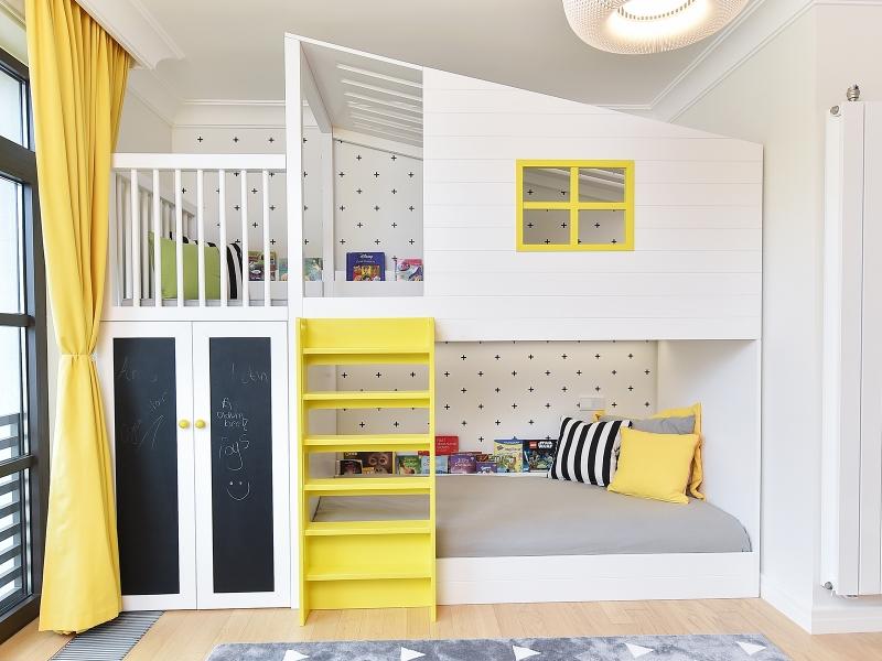 2-Crocodily-Çocuk odası tasarımı-sarı,beyaz renkli,kara tahta kapak detaylı tasarım dolaplı çocuk ranzası