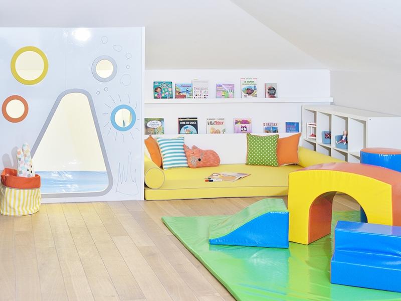 2-Crocodily-Oyun odası tasarımı- oyun evi-beyaz yazı tahtası-sarı-turuncu-mavi -okuma köşesi- soft play