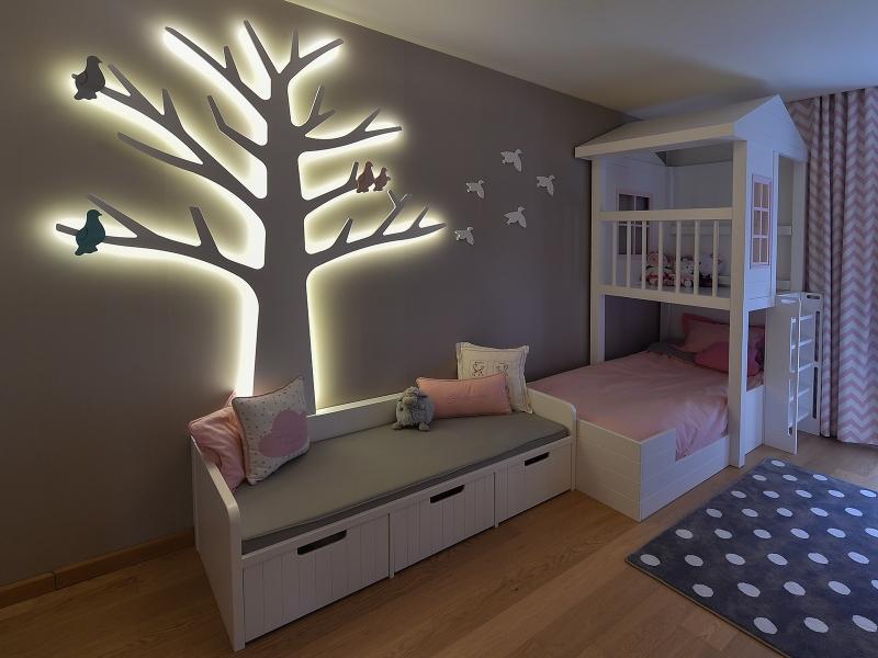 2-Crocodily-pembe,beyaz gri renkli,loş ışıklı ağaç aydınlatmalı kız çocuk odası tasarımı-sedir ve ağaç aydınlatma