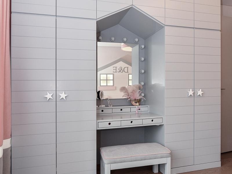 3-Crocodily-Çocuk odası, gri ,fugalı yıldız kulplu dolap ve aydınlatmalı ayna tasarımlı çocuk makyaj masası ve taburesi