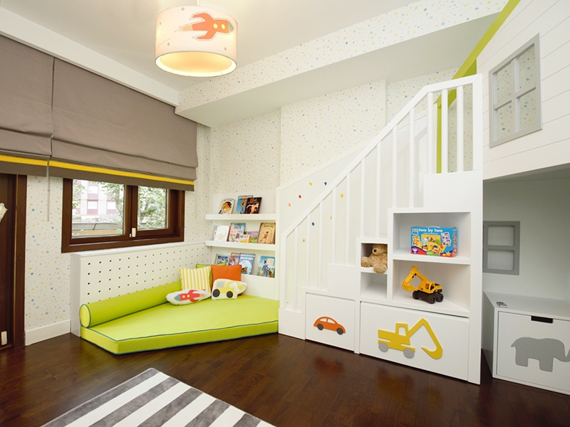 3-Crocodily-Çocuk odası oyun alanı tasarımı-Minderli çocuk okuma köşesi- duvar kitaplık rafları, kepçe, roket yastık
