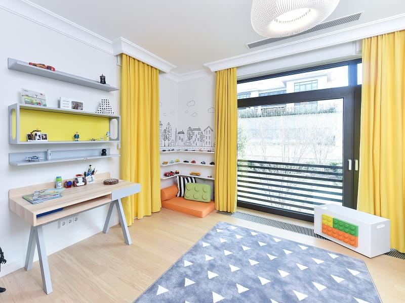 4-Crocodily-Çocuk odası tasarım- çocuk çalışma alanı- masif ahşap çalışma masası-sarı duvar rafı