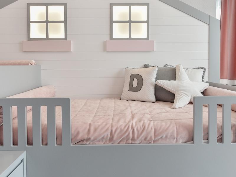 4-Crocodily-pencereli ev figürlü , su bazlı gri boyalı,somon yatak örtülü 2 kardeş kız çocuk yatağı ev tekstili