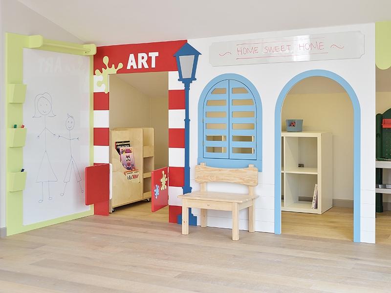 5-Crocodily-Çatı katı oyun odası tasarımı- beyaz panolu farklı aktivitelere uygun eğlenceli çocuk mekanı
