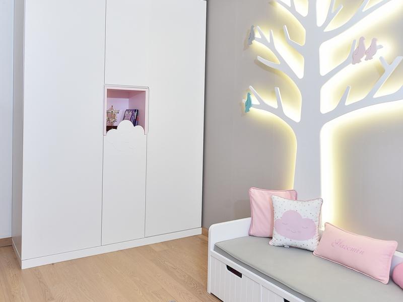 5-Crocodily-pembe,beyaz gri renkli, ışıklı ağaç aydınlatmalı kız çocuk odası tasarımı-sedir ve ağaç aydınlatma üniteleri