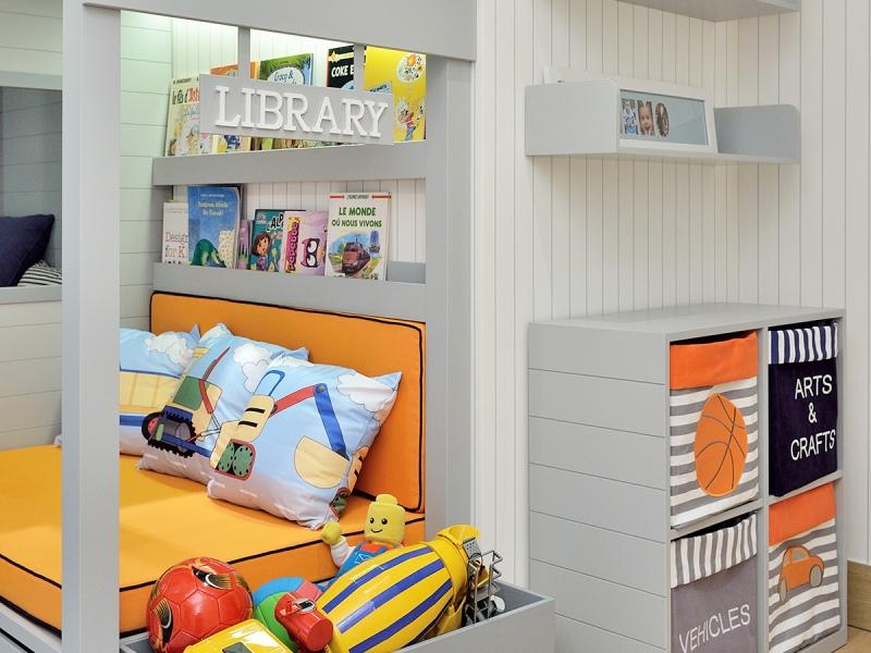 5.Crocodily-toys ahşap harfli çocuk oyuncak kutusu,turuncu minderli ve özel tasarım yastıklı okuma köşesi sediri