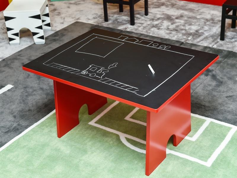 6-Crocodily-Kara tahtalı, su bazlı kırmızı boyalı çocuk masası