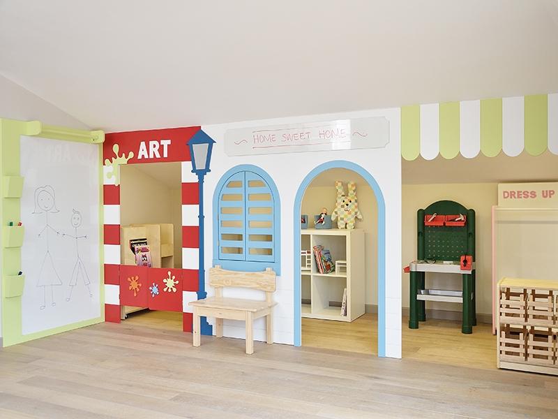 8-Crocodily-Çatı katı oyun odası tasarımı- beyaz panolu farklı aktivitelere uygun çok renkli eğlenceli çocuk mekanı