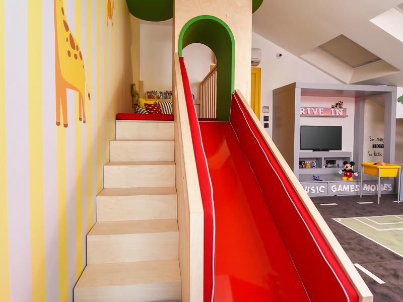 8-Crocodily-kırmızı kaydıraklı,yeşil ağaç evli tasarım güvenli çocuk oyun alanı