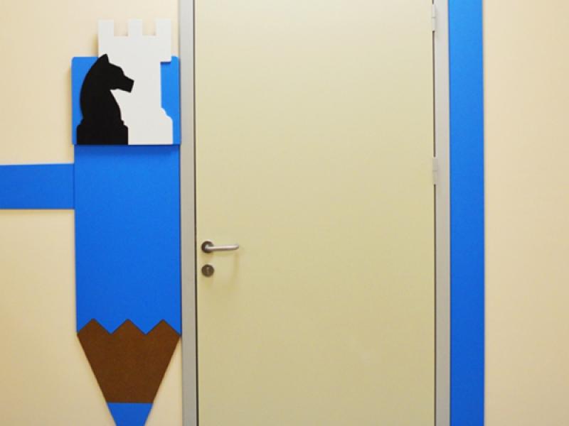 9.Crocodily-Mef Anaokulu Satranç Sınıfı Kapısı